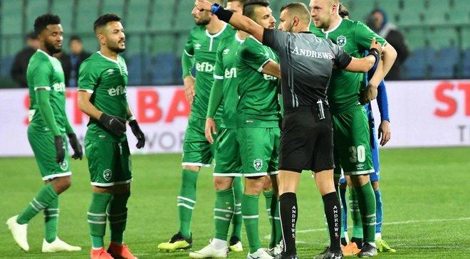 Футболист был удален в болгарском дерби, но отказывался покидать поле из-за разъяренных болельщиков