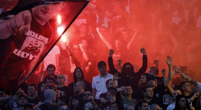 Фанат Партизана испражнился на флаг Црвены Звезды прямо на стадионе во время финала Кубка Сербии