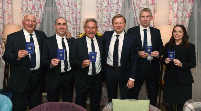 Шахтар подарував українські паспорти та вишиванки представникам Манчестер Сіті