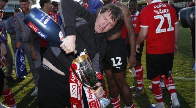 В Англии тренер отметил увольнение из клуба в компании болельщиков и алкоголя