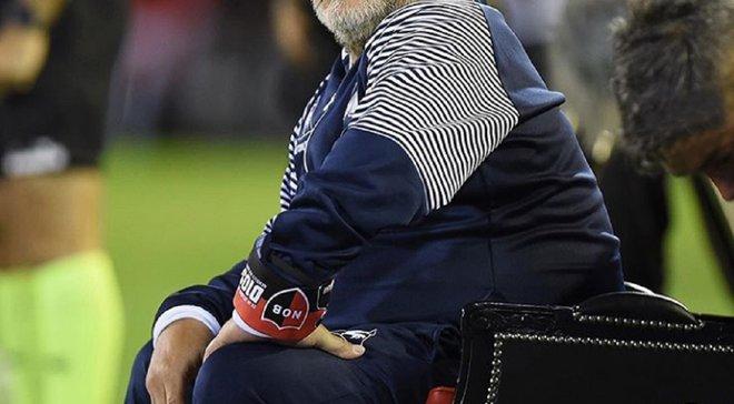 Марадона спостерігав за матчем своєї команди, сидячи на троні