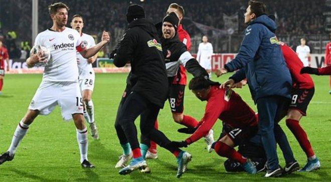 Захисник Айнтрахта брутально завалив тренера Фрайбурга і спровокував масову сутичку