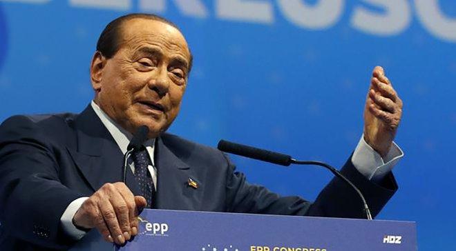 Берлусконі потрапив до лікарні через невдалу спробу зробити селфі