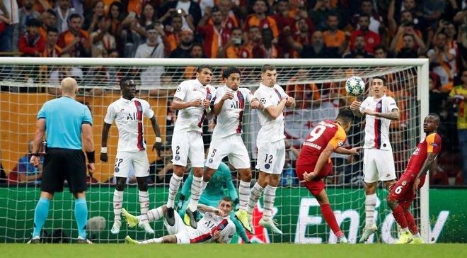 Фанати ПСЖ та Галатасарая влаштували бійку перед матчем Ліги чемпіонів – поліція рятувала абсолютно голого чоловіка