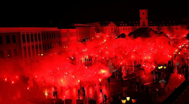 """Польські фанати """"запалили"""" місто, святкуючи ювілей місцевого клубу – кадри перехоплюють подих"""