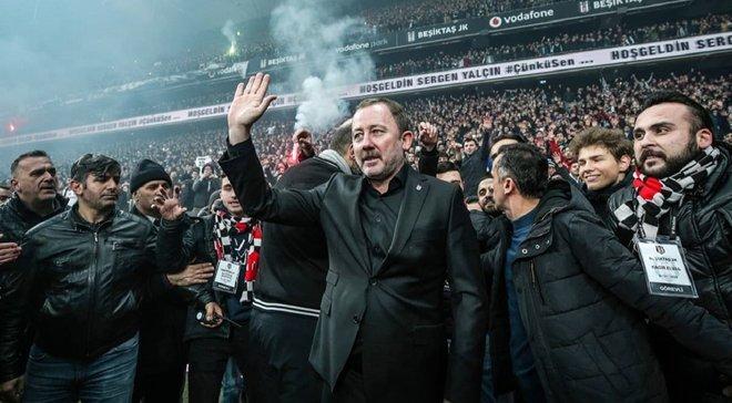Фанаты Бешикташа устроили адский прием на стадионе во время презентации нового тренера – огненное видео