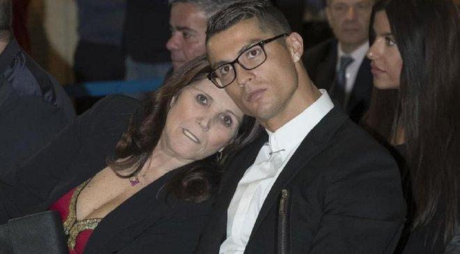 """""""Ви думали, я ніколи не повернусь?"""": мати Роналду виписали з лікарні після інсульту"""
